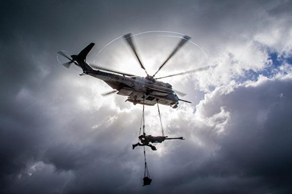 2020年7月1日,美国海军陆战队展示在6月份的演习中,直升机调运M777榴弹炮。(美国海军陆战队)