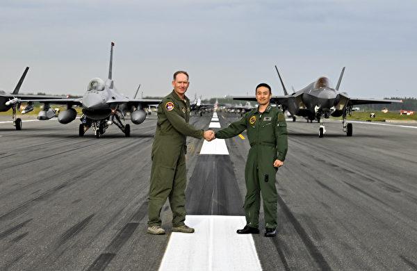 2020年6月22日,美国空军第35战斗机联队上校克里斯托弗•斯特鲁夫(Cristo Kristopher Struve)和日本空中自卫队第3航空联队、三泽空军基地司令久保田少将,在参加大象步道的飞机前握手。当天在三泽空军基地的大象漫步中,包括美军的12架F-16CM战斗机、12架 F-35A闪电II战斗机、2架EA-18G咆哮者电战机、1架C-12休伦运输机、2架MC-130J特种战机、1架P-8波塞冬飞机。(美国印太司令部)