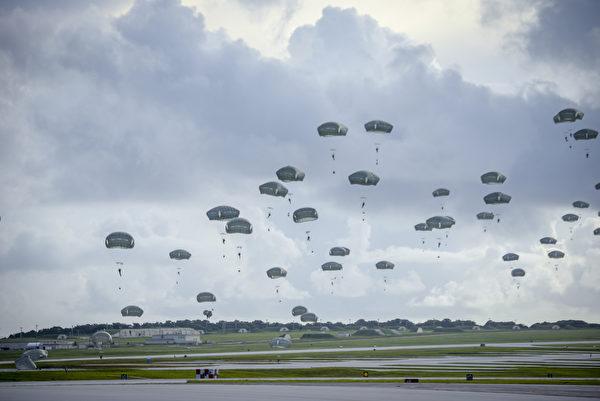 2020年6月30日,美国陆军第25步兵师第4步兵旅空降兵从阿拉斯加出发,在关岛安德森空军基地进行伞降训练,展示在全球范围内的紧急。(美国印太司令部)