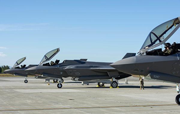 2020年7月14日,阿拉斯加艾尔森空军基地的3架F-35战机准备起飞。(美国空军)