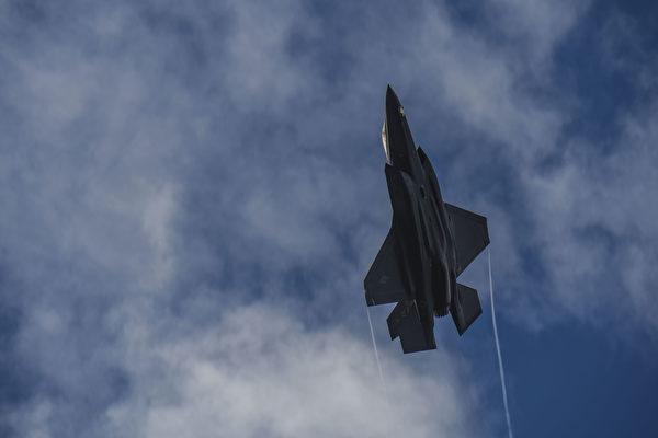2020年8月7日,美国空军的一家F-35A闪电II战机在阿拉斯加的艾尔森空军基地上空急速爬升。 (美国空军)