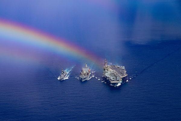 2020年8月15日,里根号航母与日本驱逐舰鹿口号(DD 107)在菲律宾海联合演练,展示60年的联盟合作。(美国印太司令部)