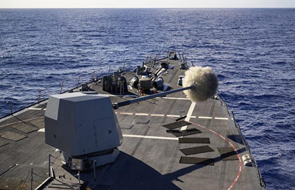 2020年8月19日,美军的忠勋号导驱逐舰(DDG 93)实弹射击,拉开了2020年环太平洋演习的序幕。8月17日至31日,10个国家的22艘战舰、1艘潜艇参加此次环太平洋(RIMPAC)军演。(美国印太司令部)