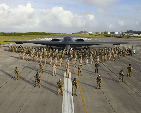2020年8月31日,第393远程轰炸机中队的200多名美国空军成员、政府雇员和承包商,印度洋的迭戈加西亚岛与部署的B-2隐形轰炸机合影。(美国空军)