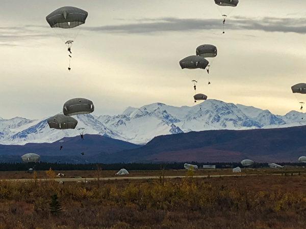 2020年9月14日,美军第25步兵师的斯巴达伞兵旅在阿拉斯加进行伞降训练,F-22战斗机提供了空中支援。(美国陆军)