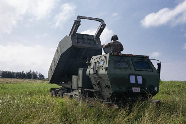 2020年9月24日,美国海军陆战队于在日本饭岛市演练高机动火箭系统的快速部署。(美国海军陆战队)