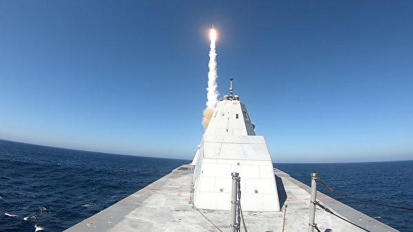 2020年10月13日,美軍新型驅逐艦朱瓦特號(DDG 1000)在美國海軍空中武器中心位於加州穆古角(Point Mugu)的基地,成功發射一枚標準2型導彈(Standard Missile ,SM-2)。(美國海軍)