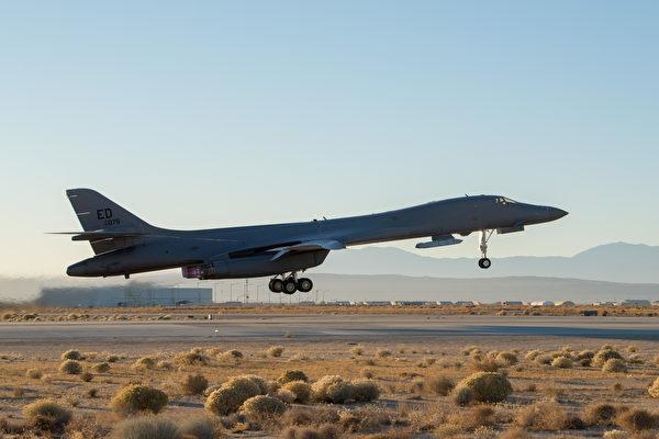 2020年12月4日,一家 B-1B從加利福尼亞愛德華茲空軍基地起飛,外掛了防區外空對面導彈。 (美國空軍)