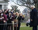 组图:川普现身白宫南草坪 与民众相见欢