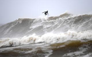 大雨倾盆昆州新州骤发洪水 著名海滩被冲垮