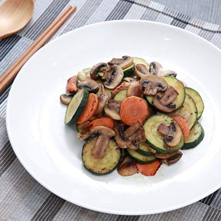 櫛瓜炒大蒜蘑菇。