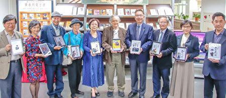 中央大學圖書館的「九彎十八拐—黃春明特展」開幕,展出內容包括他的專書、電子書、手稿、漫畫、撕畫、影音資料和期刊論文等,相當豐富多元。