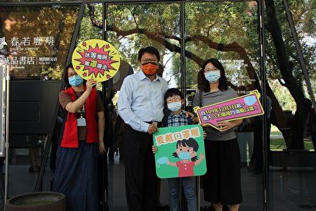 """屏东县政府1日举办""""无罩唛走""""秋冬防疫专案宣导,屏东县长潘孟安呼吁民众,配合中央疫情指挥中心公布的8大场所,全面强制要求戴口罩。"""