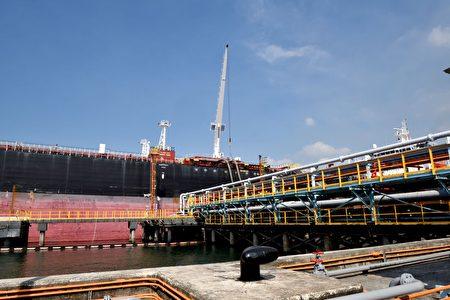 台灣中油在非洲查德礦區開採的第一船原油,運抵中油高雄大林廠105號碼後,展開卸油作業。