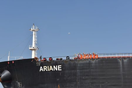中油派赴查德員工運油返國後,向來賓揮手致意。