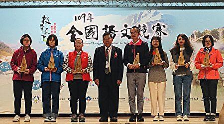 學生得獎的照片。