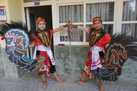 二位新住民展示舞蹈服裝及道具