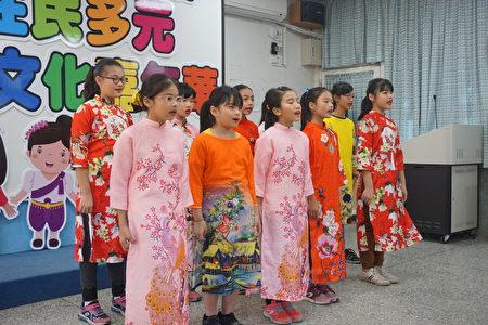 可愛的新民第二代穿著越南服裝,用越南語唱二隻老虎。