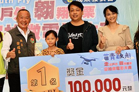 徐县长与第一名刘建良家属合影。