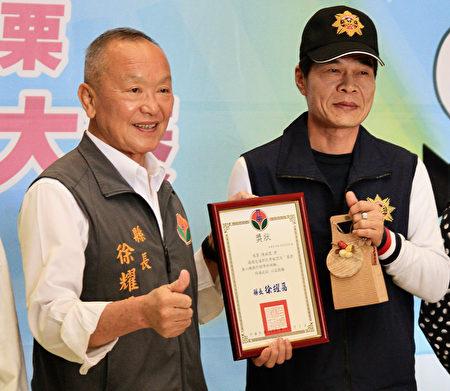 通霄分局侦查佐汤绍威第一位刑警得高级专与操作证。