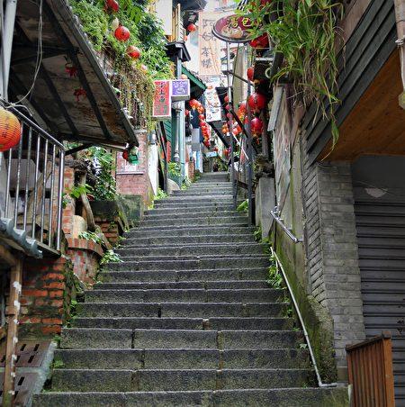 九份最讓人印象深刻的長長石梯,一步步慢慢往上攀爬,彷若進入電影場景中激情憂傷的情境。