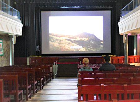 想要體會九份往日繁華的遊客一定要進昇平戲院坐坐,坐一下檜木的長椅,看一看小螢幕的老電影。