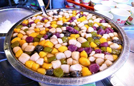 最強人氣的阿婆芋圓有黃地瓜、紫山藥、黑芝麻、綠茶等不同口味。