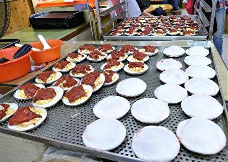 一進紅糟肉圓店就會看見生冷的紅白肉圓,一盤還看得到豔紅的紅糟肉片,另一盤則是完整的白胖肉圓。