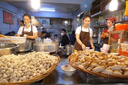 60多年歷史的魚丸伯仔,店門口擺著滿滿的魚丸和很像「淡水阿給」的豆干包。