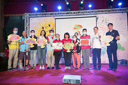 市长黄敏惠左手为宋秋莲女士,右手为95岁全勤奖吕游完女士。