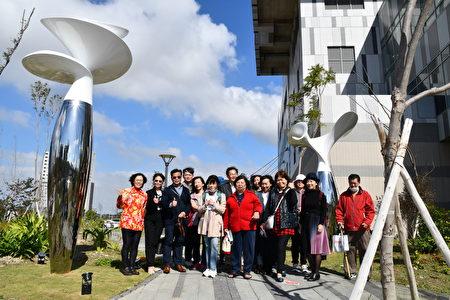 參觀來賓與藝術家在姜憲明的《平安平安》作品前大合照。