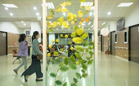 在候診區,黃裕智的作品-《春曉》,以金屬線編織的手法,宛如植物般蓬勃蔓延、生機無限。