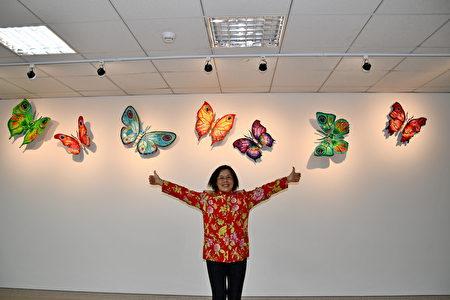 來自以色列的大衛.葛斯坦的金屬雕塑作品-《彩蝶翩翩》,清大藝術與設計學系教授呂燕卿表示,色彩繽紛的蝴蝶非常吸引人,能讓人心情飛揚,懸掛在走道牆面的高處是為了醫院環境的安全考量,每個佈展環節都要很細緻用心。