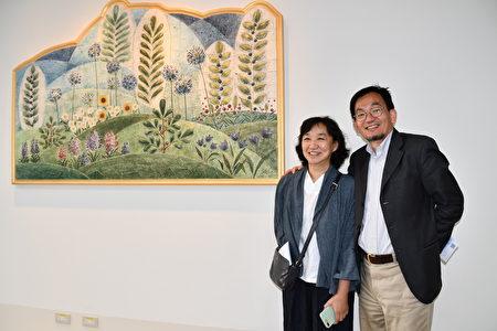 藝術家鄧惠芬(左)於4樓日光室牆面打造的瓷板作品《夏・律》,大自然的花草加上質感溫潤的陶瓷很療癒。