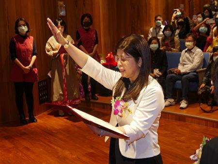 新竹縣政府2日上午舉行新卸任文化局長交接典禮,由李安妤宣誓就任文化局長。