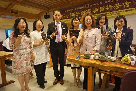 专程赶来参加茶会的台湾总会MD300议长陈丽凤(右三)开心的与大树教练(左三)及狮友、神韵志工们开心合影。