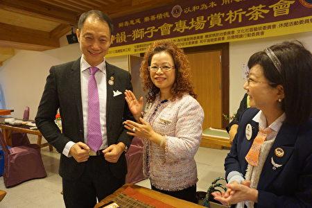 台湾总会MD300议长陈丽凤(中)开心的为大树教练(左)配戴狮子徽章