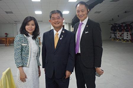 国际狮子会300-D1区前总监欧镇平(中)与神韵茶会讲师张素榕(左)、大树教练(右)合影。