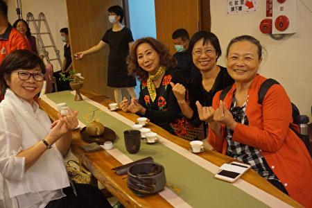 参与茶会贵宾开心合影。