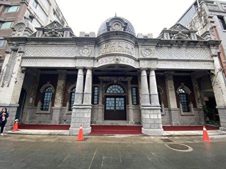 """""""建成商行""""建于公元1921年,由当时大溪樟脑及煤矿商人简阿牛所建造。"""