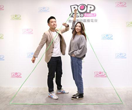 田馥甄(右)重現新輯封面三角形POSE,回味拍攝時無人知曉的痠痛。