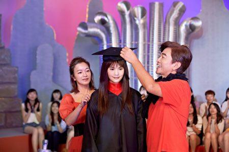 宪哥(右)与阿雅(左)重现当时杨丞琳录影《我猜》最后一集的造型。