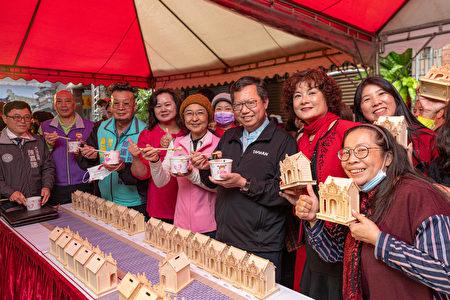 桃园市长郑文灿与来宾们合影。