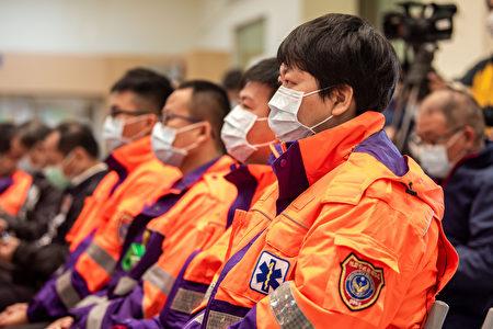 内政部长徐国勇和桃园市长郑文灿共颁发50万元奖励金,感谢消防同仁执行勤务的辛劳。