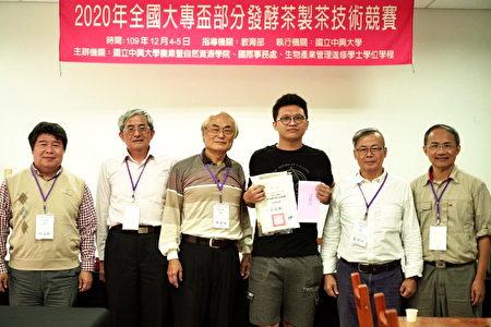 條形組冠軍郭育銘(右3)與三位評審及主辦單位合影。
