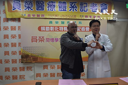 员荣医疗体系总院长张克士(右)与导演刘亮佐表演电影无声。