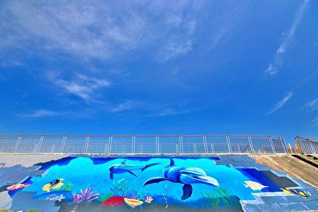 大甲西勢海堤大幅3D彩繪,以海洋為主題的螃蟹、鯨豚、海鳥。