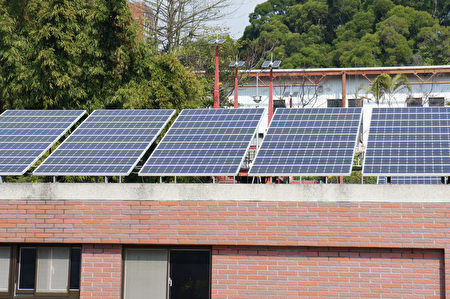 大叶大学在屋顶装设太阳能板。