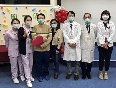 肾脏移植成功的吴先生(左三)与台大医院新竹分院移植团队合影。
