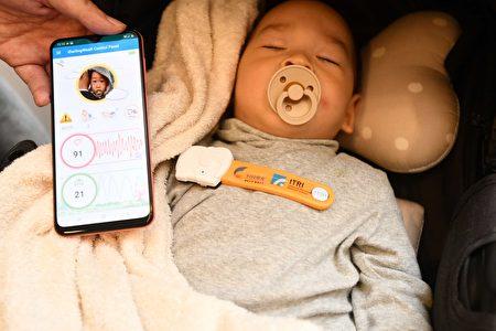 工研院21日搶先曝光甫獲消費性電子展創新獎的i寶貝照護裝置(iDarlingWeaR),是一款非接觸微型嬰幼兒生理感測產品,具有操作簡易、即時警示、遠端監控及多元應用等特點。